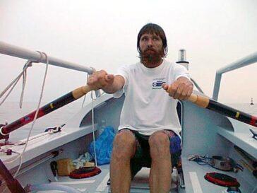 Федор Конюхов плывет на своей лодке с веслами через Атлантику